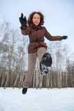 De sprongen van de vrouw vooruit, de winterdag Stock Fotografie