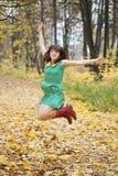 De sprongen van het meisje in de herfst Royalty-vrije Stock Afbeeldingen