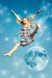 De sprongen van het meisje over de maan Royalty-vrije Stock Foto's