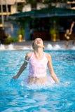 De sprongen van het meisje uit een zwembad Stock Afbeelding