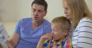 De Sprookjesboek van de familielezing samen stock videobeelden