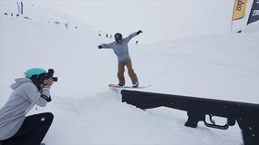 De spruit snowboarder dia van de cameramens op sleep bij helling, tekortkoming Skitoevlucht in bergen uitdaging stock videobeelden