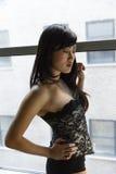 Mooie sexy Aziatische vrouwen voor een venster Royalty-vrije Stock Afbeeldingen