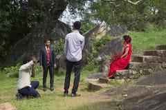 De spruit van de huwelijksfoto bij de ruïnes Messagerie Anuradhapura, Sri Lanka Stock Afbeeldingen