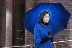 De spruit van de manier van een jonge brunette met een paraplu Stock Foto's