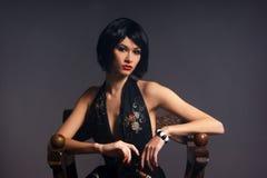 De spruit van de manier van een jonge vrouw in een zwarte kleding Stock Foto's