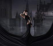 De spruit van de manier van een jonge vrouw in een zwarte kleding Royalty-vrije Stock Foto