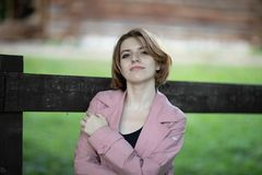 De spruit van de straatfoto met een prachtig meisje stock afbeeldingen