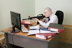 De spruiten van de bediende van een geweer bij de monitor Stock Foto