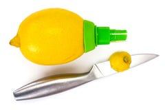 De spuitbus en de citroen van het citrusvruchtensap Stock Foto's