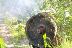 De spuitbus van de luchtontploffing met een chemisch insecticide royalty-vrije stock afbeeldingen