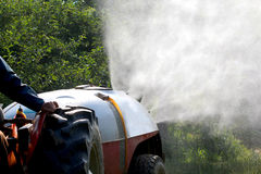 De spuitbus van de luchtontploffing met een chemisch insecticide royalty-vrije stock foto