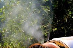 De spuitbus van de luchtontploffing met een chemisch insecticide stock afbeelding