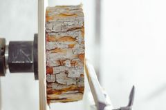 De staaf op een draaibank stock foto's