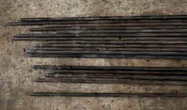 De staalbuizen in garage leggen op de grond Stock Foto