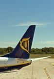 De staart van het het symboolvliegtuig van Ryanair in Pula luchthaven. Stock Foto