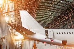 De staart van de vliegtuigen in de hangaar, behoud van het vliegtuig royalty-vrije stock foto