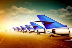 De staarten van passagiersvliegtuigen in luchthaven Royalty-vrije Stock Afbeeldingen