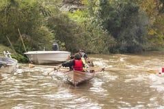 De Staat van Tigrebuenos aires/Argentinië 06/17/2014 Mensen die in boot in Deltadel Parana, Tigre Buenos aires Argentinië paddele royalty-vrije stock foto