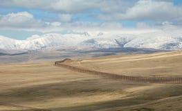De staatsgrens tussen Rosiey en Mongolië in Altai Mounta royalty-vrije stock afbeelding
