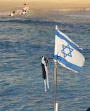 De staatsvlag van Israël op een strand stock afbeelding