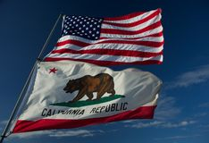 De staatsvlaggen van de V.S. en van Californië Stock Foto