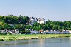 De stad Amboise van de rivieroever op bank van de Loire, Frankrijk Stock Foto's