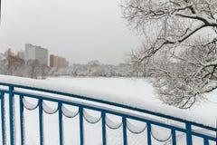 De stad is bedekt in sneeuw Stock Afbeeldingen