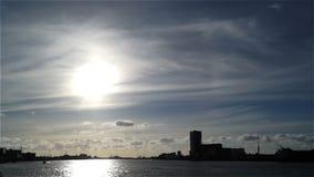 De stad betrekt de brug van de de hemelzon van de schiprivier stock footage