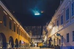 De stad bij de voet van Onderstel Tamper bij nachthorloge Stock Foto