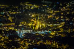 De stad bij de voet van Onderstel Tamper bij nachthorloge Royalty-vrije Stock Foto