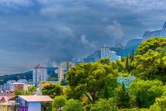 De stad in de bergen Stock Afbeeldingen