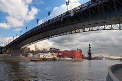 De stad, de rivier en de brug van Moskou. Stock Afbeelding