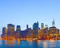 De Stad de V.S., lichten van New York op de gebouwen in lager Manhattan Stock Foto