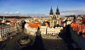 De stad die van Praag Astronomische Klok in Praha, Tsjechische Republiek overzien 2016 02 15 Stock Afbeeldingen