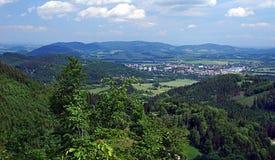 De stad en de bergen van Radhostem van de Frenstatpeul rond van de heuvel van Velky Javornik royalty-vrije stock afbeeldingen