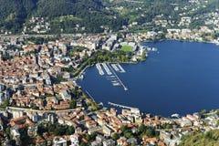 De stad en de haven van Como-stad, van Brunate-dorp wordt gezien dat stock afbeelding
