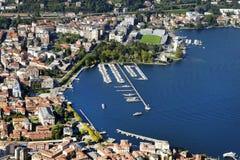 De stad en de haven van Como-stad, van Brunate-dorp wordt gezien dat royalty-vrije stock foto's