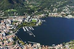 De stad en de haven van Como-stad, van Brunate-dorp wordt gezien dat royalty-vrije stock foto