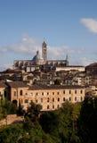 De stad en de Kathedraal van de okersheuveltop Stock Foto's