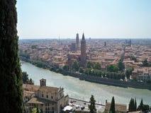 De stad en de rivier stock afbeelding