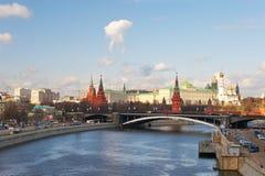 De stad en de rivier van Moskou. Stock Afbeeldingen