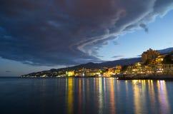 De Stad en de Wolken van de avondkust Royalty-vrije Stock Foto's