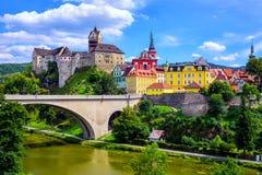 De stad en het Kasteel Loket dichtbij Karlovy variëren, Tsjechische Republiek Stock Foto