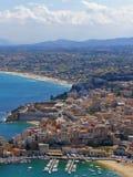 De stad en het strand van de kust royalty-vrije stock afbeeldingen