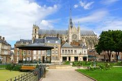 De stad in en Onze Dame van Amiens-Kathedraal in Frankrijk Stock Foto's