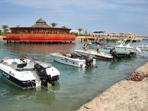 De stad en rivier Nijl van Ka?ro 25 mei, 2013 Boten op de kust toeristen royalty-vrije stock afbeelding