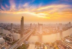 De stad en de rivier van Bangkok met schoonheid van zonsonderganghemel die wordt gebogen Stock Foto's