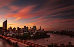 De stad en de rivier van Brisbane bij zonsondergang met wolken op hoog niveau royalty-vrije stock afbeelding