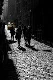 De stad en de taxi wijzen toe Stock Fotografie